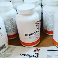 Suplement diety zawierający kwasy tłuszczowe Omega 3 przeznaczony dla osób dorosłych, w szczególności dbający o prawidłowe funkcjonowanie  serca, mózgu, wzroku  oraz układu krążenia.   Zawartość jednej kapsułki: 1000mg w tym 180mg EPA oraz 120mg DHA   #omega3 #dha #epa #olejrybi #r2g @r2gsport